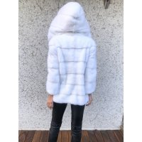 Sněhově bílý norkový kabátek s kapucí