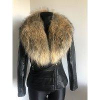 Jarní vypasovaná kožená bunda s odnímatelným kožešinovým límcem