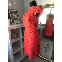 Šaty z pevné krajky s květinovým vzorem