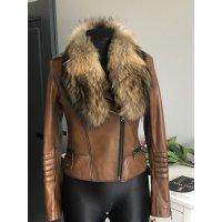 Kožená bunda s bohatým kožešinovým límcem z lišky
