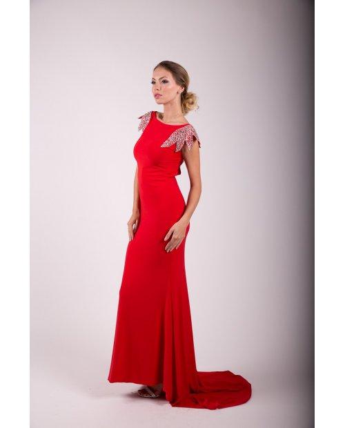 Červené večerní šaty s vlečkou - zdobené rukávky