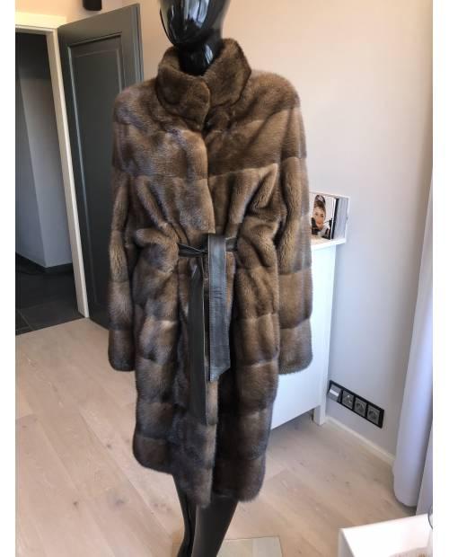 Norkový kabát s koženým páskem