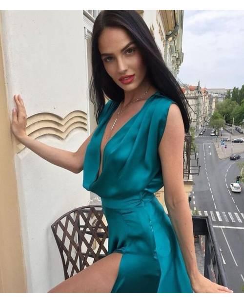 Hedvábné saténové šaty s vysokým rozparkem